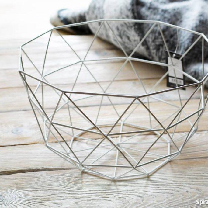 metalowy biały koszyk geometryczny kształt